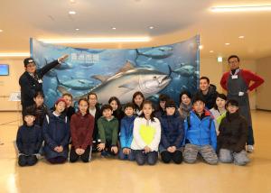1月11日、水産卸売場棟の見学と魚の調理を体験!豊洲市場で小学生親子食育体験イベントを開催